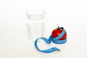 Zalety picia wody. Wpływa na urodę oraz zdrowie