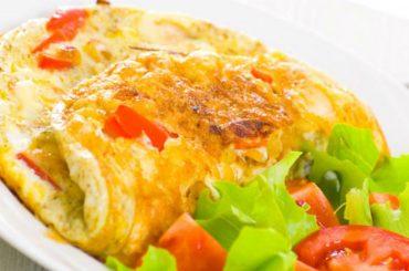 Pomysł na wege śniadanie – omlet z warzywami