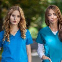 Odzież medyczna niejedno ma imię – poznaj nowe wzory, fasony i kolory
