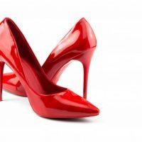 Dlaczego kobiety uwielbiają chodzić w szpilkach?