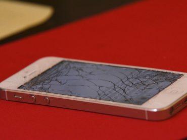 Uszkodzony ekran w iPhonie – co robić?