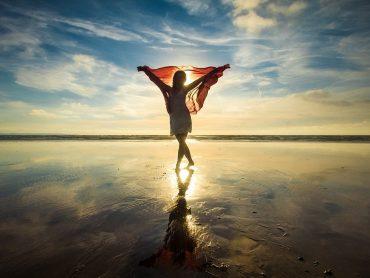 Bądź modna na plaży – zachwycające stroje kąpielowe nie tylko dla wielbicielek lata