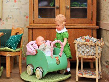 Nauka zachowań prospołecznych, czyli co daje dzieciom zabawa domkiem dla lalek?