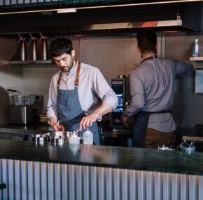 Wyposażenie gastronomiczne – co wybrać i gdzie je kupować?